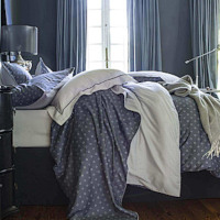 The NOCTURNE bed linen set uses the codes of the eternal male.