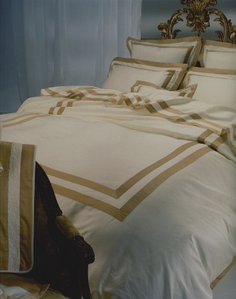 Cottimaryanne Dulcamara is a luxurious Egyptian cotton sateen with a generous 450 thread count available in all Visconti colors with custom colored border.