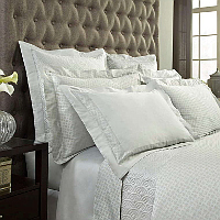 A 600 thread count, 100% Egyptian cotton, Italian jacquard, with allover pendant pattern and coordinating sateen.