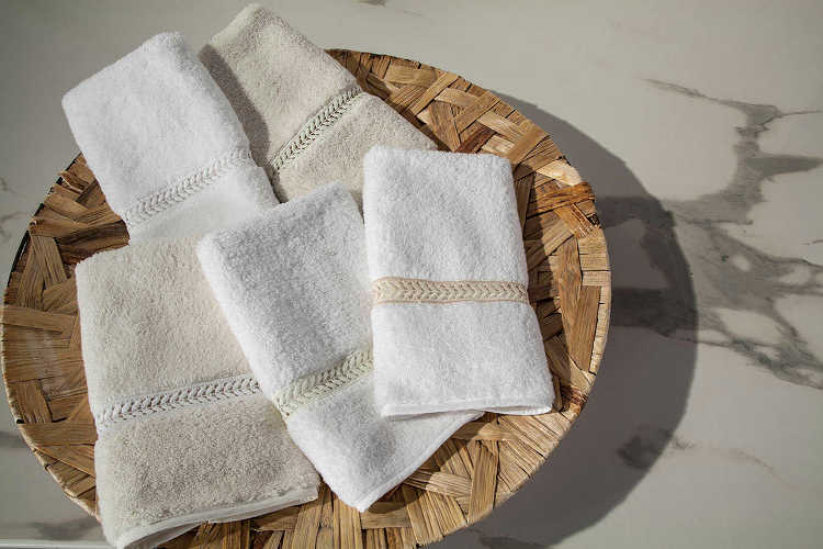 Home Treasures Guest Towel, Wreath, includes a Hand Towel and Finger Tip Towel.