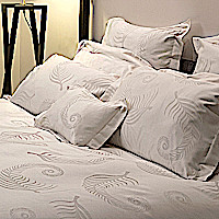 Signoria Firenze Cerboli Duvet & Sham reproduces the leaf of a fern on a yarn-dyed jacquard fabric.
