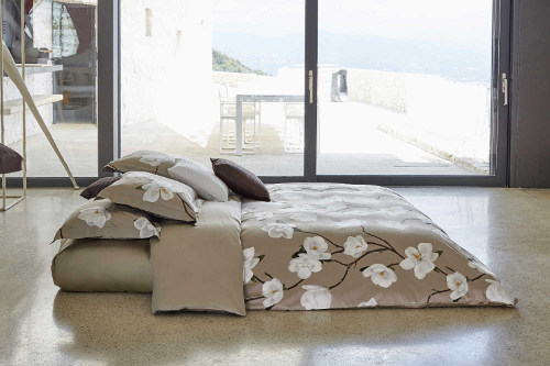 Signoria Firenze Sanremo duvet and shams feature the sinuous movement of the Magnolia branches and its marvelous flowers.